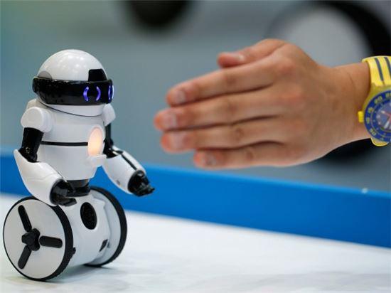 인공지능과 로봇의 결합…다중지능로봇 개발 나선다