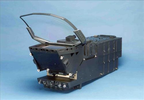 HUD는 전투기 조종석 앞에 위치한 투명패널로 속도, 고도, 무장(武裝) 등 각종 비행정보 및 임무정보를 조종사에게 제공하는 최첨단 항공전자장비이다. (사진제공=LIG넥스원)