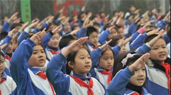 피오네르식 경례 중인 중국 어린이들(사진=위키피디아)