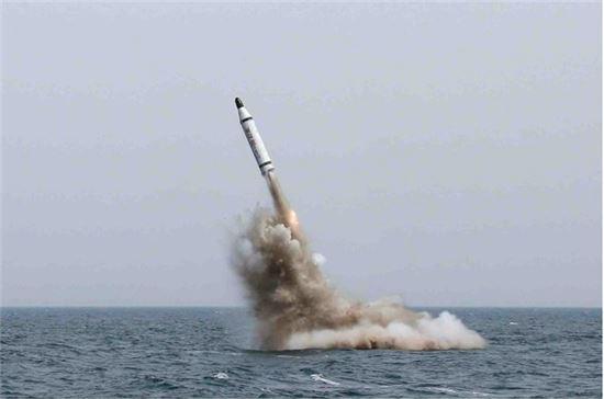 2015년 5월 9일 김정은 위원장 참관 하에 신포급 잠수함에서 SLBM 북극성 1호를 수중사출, 로켓점화에 성공한 장면. 사진 = 조선중앙통신/연합뉴스