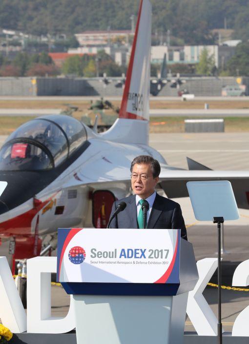 문재인 대통령이 17일 오전 성남 서울공항에서 열린 국제 항공우주 및 방위산업 전시회(서울 ADEX 2017) 개막식에서 한국항공우주산업(KAI)의 고등훈련기 T-50을 배경으로 기념사를 하고 있다. (사진=연합뉴스)