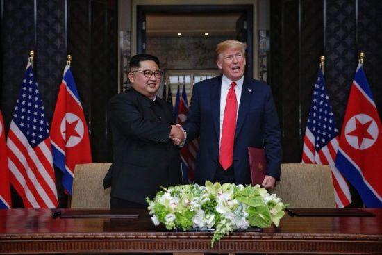 2018년 6월12일 싱가포르 센토사 섬 카펠라호텔에서 열린 북미정상회담에서 북한 김정은 국무위원장과 미국 도널드 트럼프 대통령이 공동합의문에 서명을 마친 뒤 악수를 하고 있다. (사진=연합뉴스)