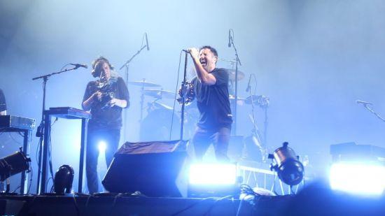 미국 유명 록밴드 나인 인치 네일스가 무대에 올라 노래하고 있다. 사진=씨쓰루