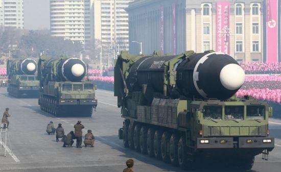 2018년 2월 북한 '건군절' 70주년 기념 열병식에서 공개된 이동식발사차량(TEL)에 실린 대륙간탄도미사일(ICBM)급 '화성-15' (사진=연합뉴스)