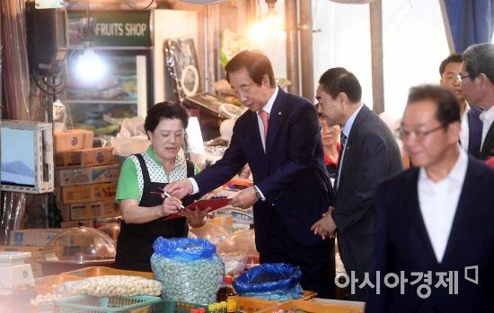 [포토] 최저임금 개혁 서명운동하는 김성태 대표