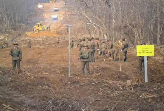 <h1>[양낙규의 Defence Club photo]DMZ 남북 전술도로 연결 현장</h1>