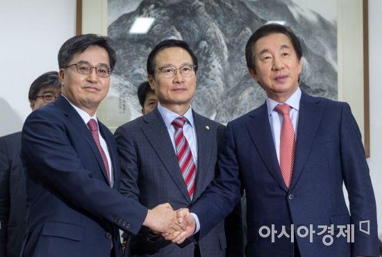 [포토] 손잡은 민주당-한국당