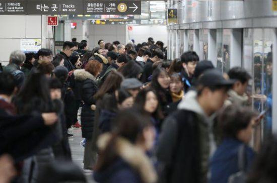 지하철 8호선 암사행 열차 고장으로 운행 지연