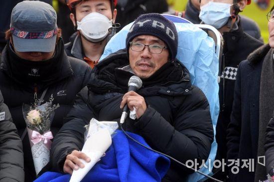 [포토] 지상으로 내려온 파인텍 굴뚝 고공 농성 노동자 박준호씨