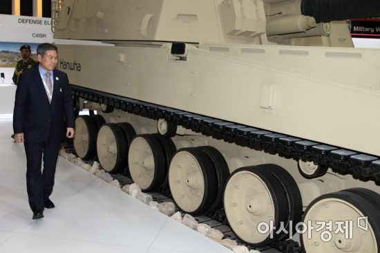 정경두 국방부 장관이 17일(현지시간) 아랍에미리트(UAE) 아부다비 국립전시장에서 열린 방산전시회 'IDEX 2019' 개막식에 참석한 뒤 한국관을 찾아 K9A1 자주포를 둘러보고 있다. (사진=공동취재단)