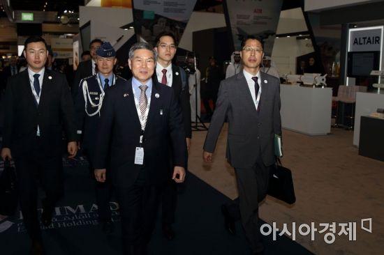 정경두 국방부 장관이 17일(현지시간) 아랍에미리트(UAE) 아부다비 국립전시장에서 열린 방산전시회 'IDEX 2019' 개막식에 참석한 뒤 한국관으로 향하고 있다. (사진=공동취재단)
