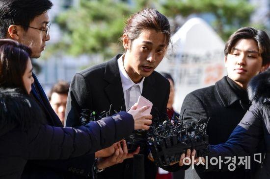 """'성관계 영상 유포' 정준영 경찰 출석…""""조사 충실히 받겠다"""""""