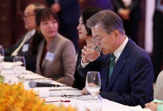 문 대통령 국정 지지율, 갤럽 조사에서도 취임 후 '최저'…44%
