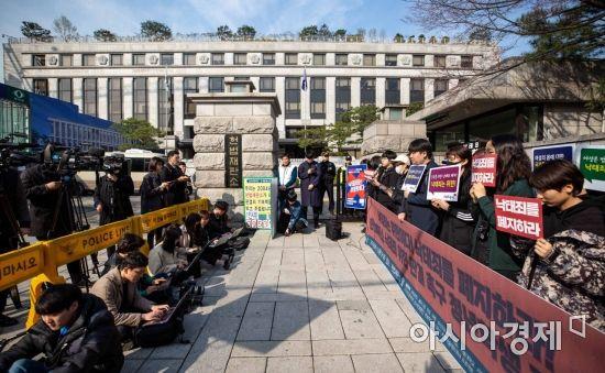 """헌법재판소 앞 희비 엇갈려 """"낙태는 살인""""vs""""역사적 분기점"""""""