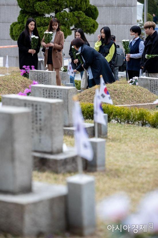 [포토] 4.19민주묘지 찾은 학생들