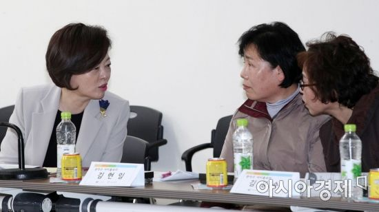 [포토] 아이돌봄 선생님들과 대화하는 진선미 장관