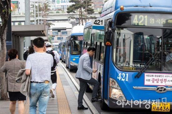 소신과 포퓰리즘 사이…박원순·이재명 '버스의 정치학'
