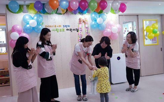 부영그룹, 소속 보육 교사에 '스승의 날' 선물 전달
