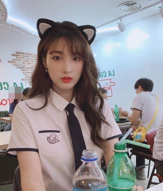 """율희, 스쿨룩 입고 미모 자랑…네티즌 """"여전히 학생 같아"""""""