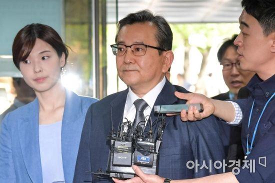 '성접대·뇌물수수' 김학의 전 차관 영장심사 출석…'묵묵부답'