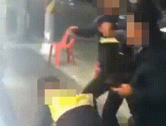 """[영상]""""어..어..그냥 밀리네"""" 매맞는 경찰…여경 대응 논란도"""
