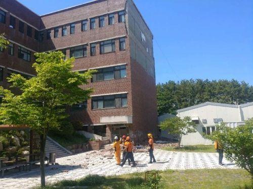 부산대 동보미술관 외벽 무너져…60대 미화원 1명 사망