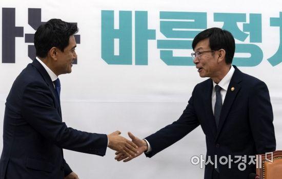 [포토] 인사 나누는 김상조 위원장-오신환 원내대표