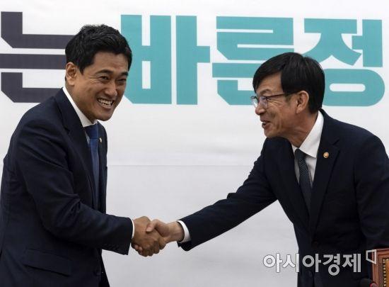 [포토] 반갑게 인사 나누는 김상조 위원장-오신환 원내대표