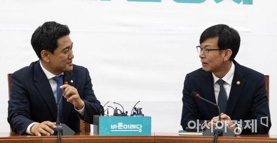 [포토] 환담 나누는 김상조 위원장-오신환 원내대표