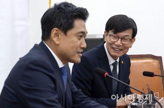 [포토] 이야기 나누는 김상조 위원장-오신환 원내대표