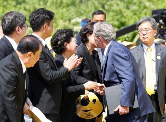 """盧 추도식 참석한 부시 """"인권에 헌신한, 따뜻한 대통령"""""""