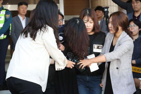 '전 남편 살해사건' 고유정, 檢 송치…머리로 얼굴 감춘채 '침묵'