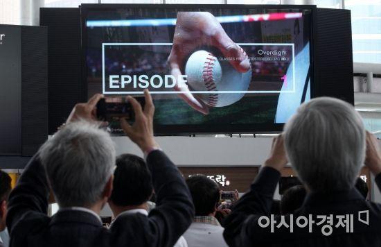 [포토] 무안경 3D 영상 바라보는 시민들