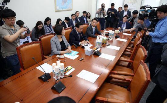 '소방관 국가직화' 행안위 소위 통과…한국당 불참