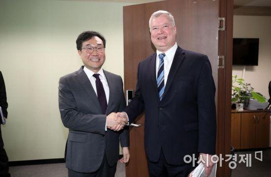 """이도훈-비건 독일서 회동 """"실무협상 재개 노력 합의"""""""