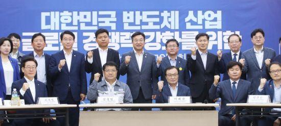 """韓 반도체 소재사들, 민주당 지도부에 """"주52시간이 걸림돌"""" 성토"""