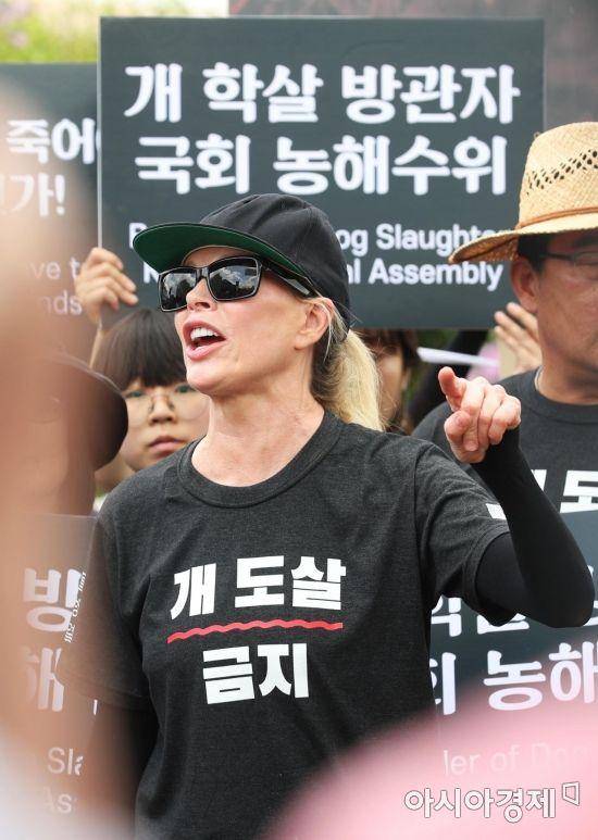 [포토]개 도살 금지 티셔츠 입은 킴 베이싱어