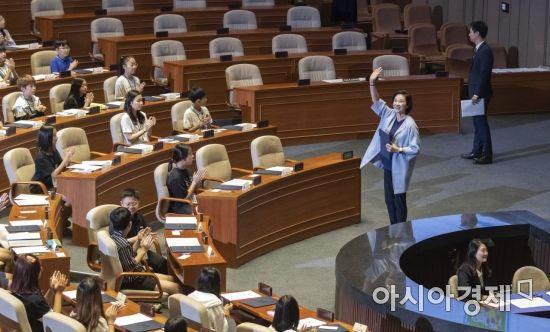 [포토] 어린이국회 참석하는 유은혜 부총리