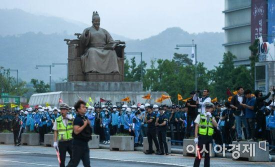 [포토]광화문 광장서 대기하는 서울시 관계자들
