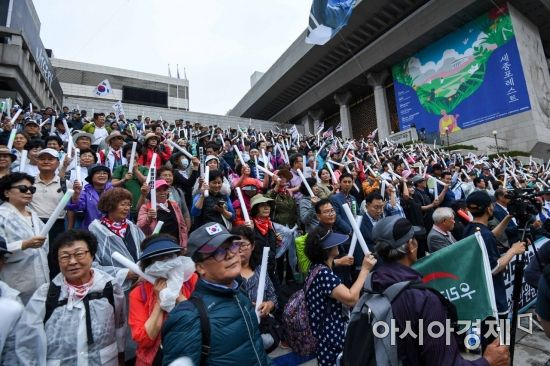 [포토]세종문화회관 앞으로 자리 옮긴 우리공화당