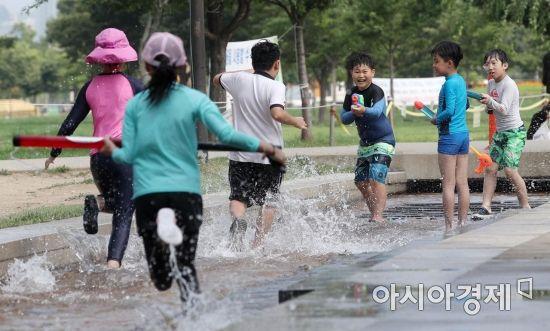 [포토] 더위 날리는 물놀이