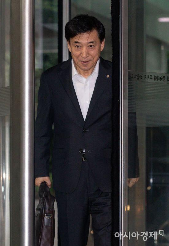 한국은행 들어서는 이주열 총재