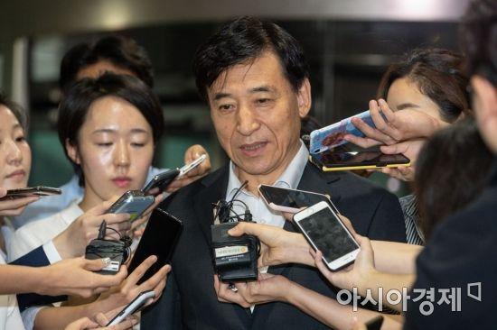 취재진 질문 받는 이주열 한국은행 총재