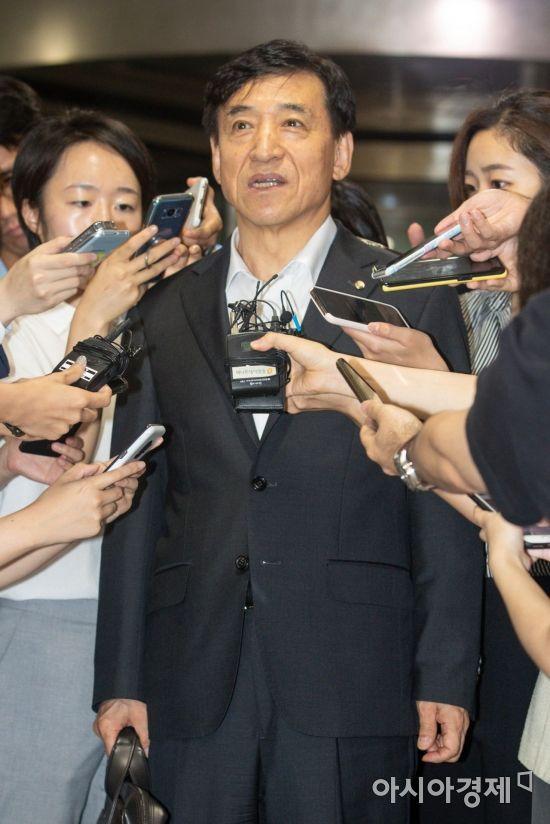 美 연준 기준금리 인하, 취재진 질문에 답하는 이주열 총재