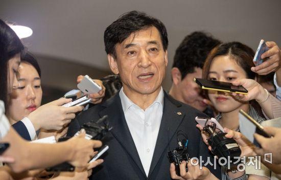 취재진 질문에 답하는 이주열 한국은행 총재