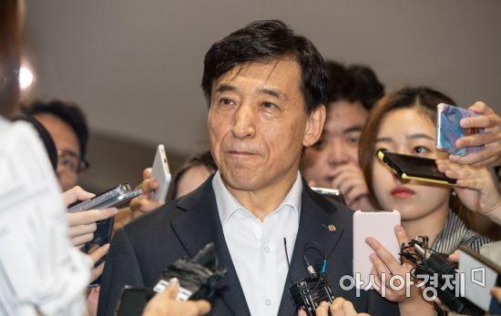 미 연준 기준금리 인하, 취재진과 만난 이주열 총재