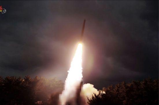 북한이 지난달 31일 김정은 국무위원장의 지도 하에 '신형 대구경조종방사포 시험사격'을 했다고 조선중앙TV가 1일 보도했다. 사진은 이날 중앙TV가 공개한 것으로 발사대(붉은 원)를 모자이크 처리했다.