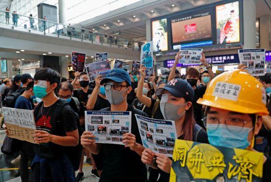 """트럼프 """"中 병력 홍콩 경계 이동 중…모두 안전해야"""" 경고"""
