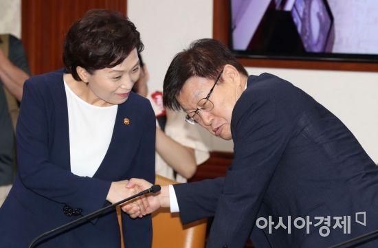 [포토]대화 나누는 김현미·김영주