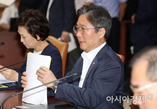 [포토]경제활력대책회의 참석한 성윤모 장관
